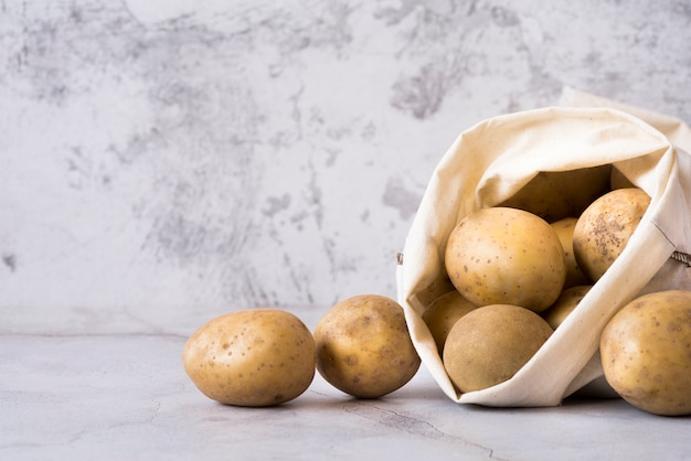 Stapel kartoffeln im stoffbeutel
