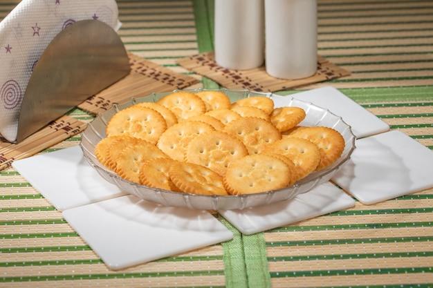 Stapel kekse im teller