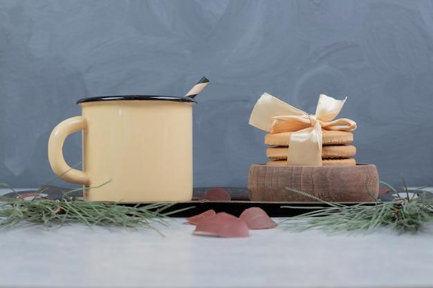 Stapel kekse und tasse tee auf marmortisch. hochwertiges foto