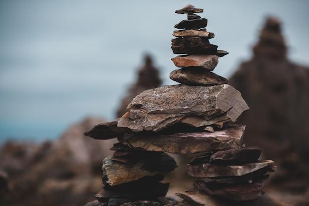 Stapel kleiner brauner steine