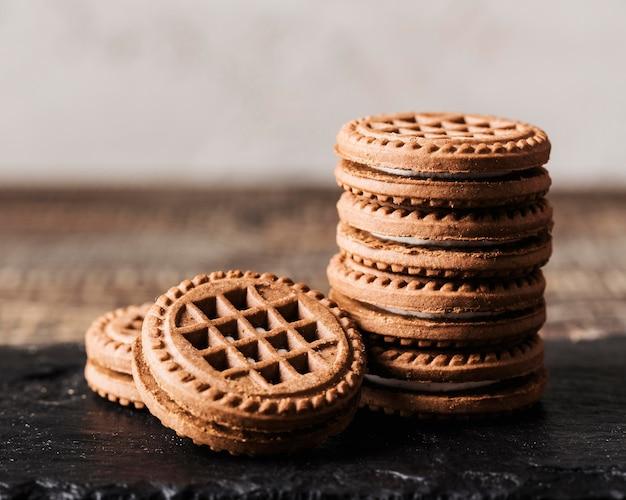 Stapel köstlicher kekse auf dem tisch