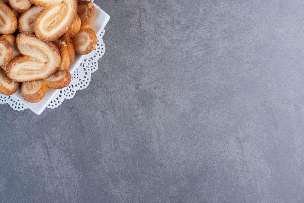 Stapel köstlicher kekse in weißer schüssel.