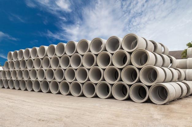 Stapel konkrete abflussrohre für brunnen und wasserentlassungen