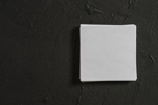 Stapel leere papiere auf schwarzem hintergrund