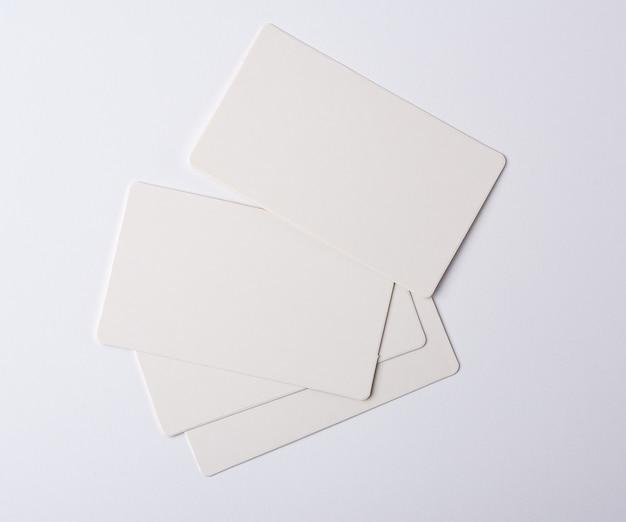 Stapel leere rechteckige weiße papiervisitenkarten