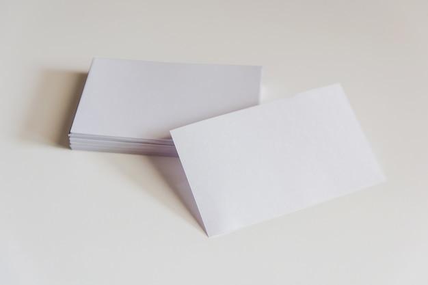 Stapel leere weiße visitenkarten. modellgeschäftskarten auf weißem hintergrund mit beschneidungspfad