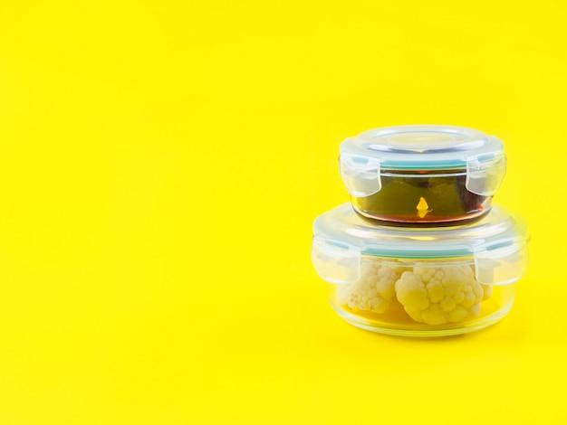 Stapel luftdichter glasbehälter mit gekochtem essen