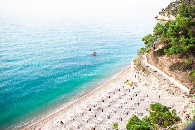 Stapel mattinata faraglioni und strandküste von mergoli, vieste gargano, apulien, italien.