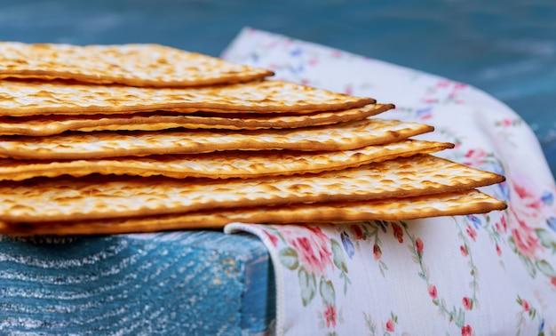 Stapel matzah oder matza auf einem hölzernen hintergrund der weinlese mit kopienraum.
