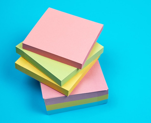 Stapel mehrfarbige leere quadratische papieraufkleber