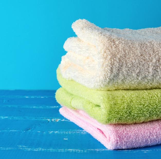 Stapel mehrfarbige neue frottierbadtücher