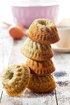 Stapel mini-muffins mit mohn