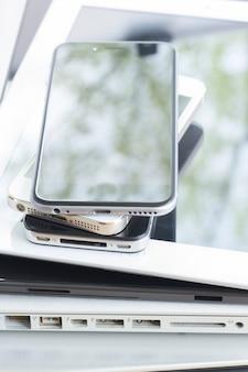 Stapel moderner elektronischer budgets hautnah. technologiekonzept