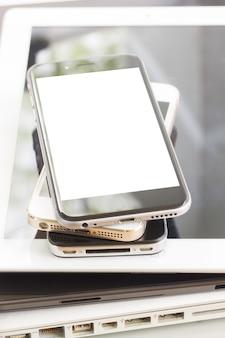 Stapel moderner elektronischer budgets schließen, kopieren platz auf dem bildschirm. technologiekonzept