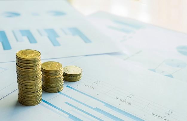 Stapel münze auf geschäftsdokumentdiagramm