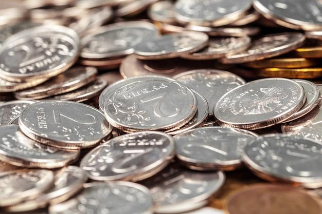 Stapel münzen auf der tabelle