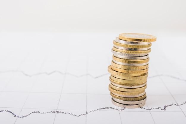 Stapel münzen auf tabelle