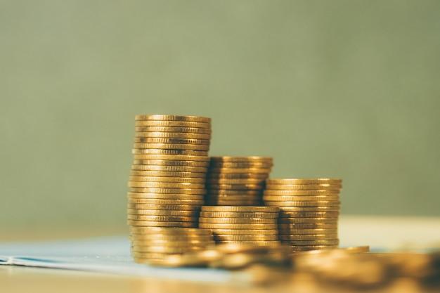 Stapel münzen und geschäftsbuch