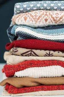 Stapel neuer woll- und baumwollpullover und -pullover für kalte herbst- und wintertage