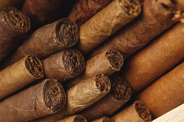 Stapel neuer zigarren schließen oben auf holztisch