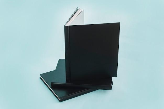 Stapel notizbücher mit schwarzer abdeckung