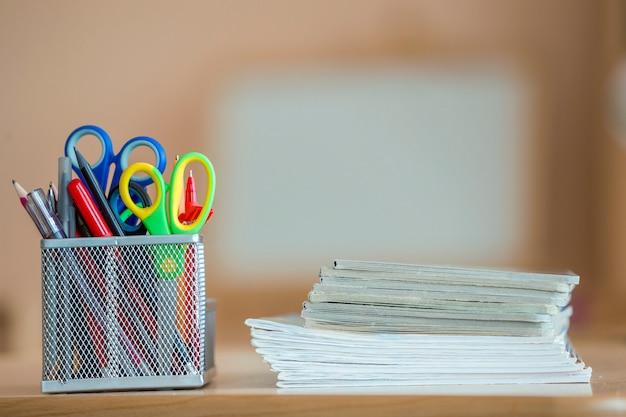 Stapel notizbücher und briefpapieranordnung im klassenzimmer oder im büro auf kopienraum