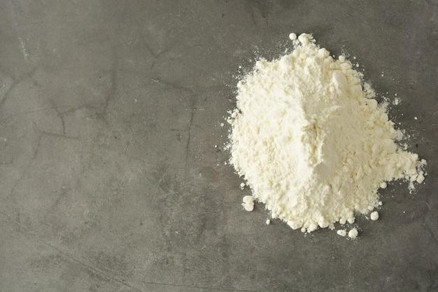 Stapel oder haufen des reismehls getrennt auf gluten geben mehl frei. gesundes essen.