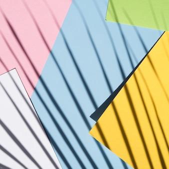 Stapel papier mit ficusschatten