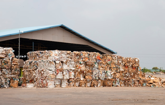 Stapel papierabfälle vor dem zerreißen in der wiederverwertungsanlage