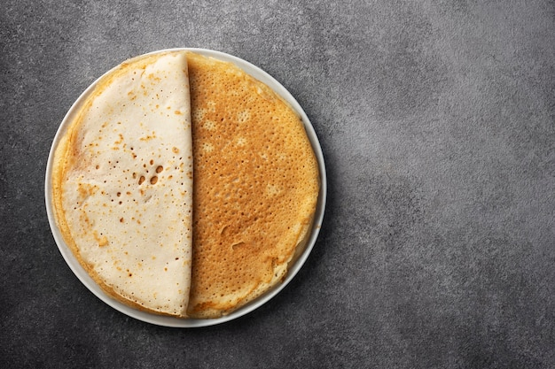 Stapel pfannkuchen auf einem teller, maslenitsa