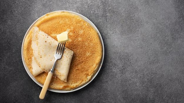 Stapel pfannkuchen auf einem teller mit butter, maslenitsa