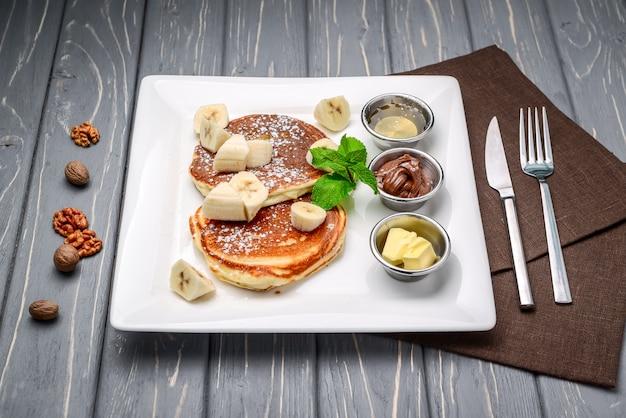 Stapel pfannkuchen der türkischen art mit bananand-schokolade