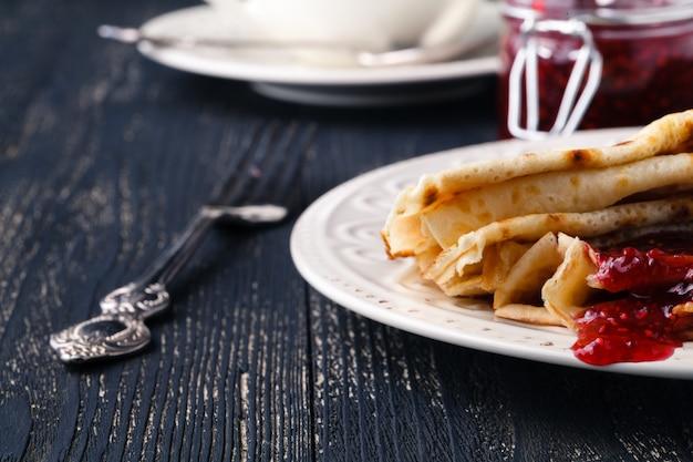 Stapel pfannkuchen für maslenitsa karneval