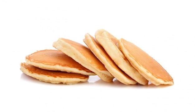 Stapel pfannkuchen lokalisiert auf weiß Premium Fotos