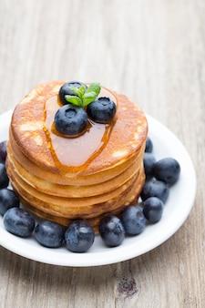 Stapel pfannkuchen mit blaubeeren und frischen beeren.
