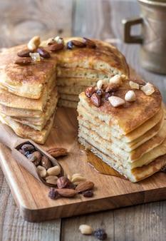 Stapel pfannkuchen mit butter und ahornsirup