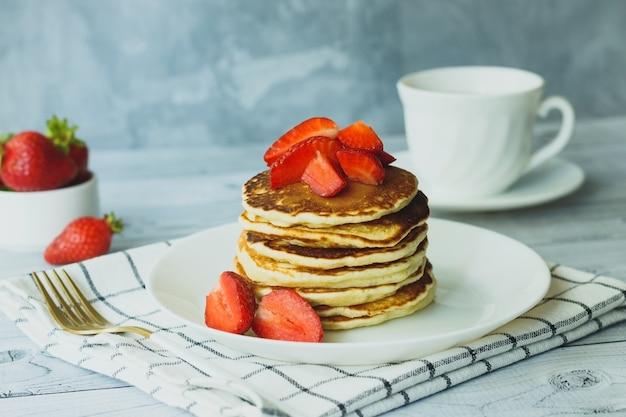 Stapel pfannkuchen mit erdbeeren zum frühstück