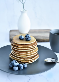 Stapel pfannkuchen mit frischen blaubeeren