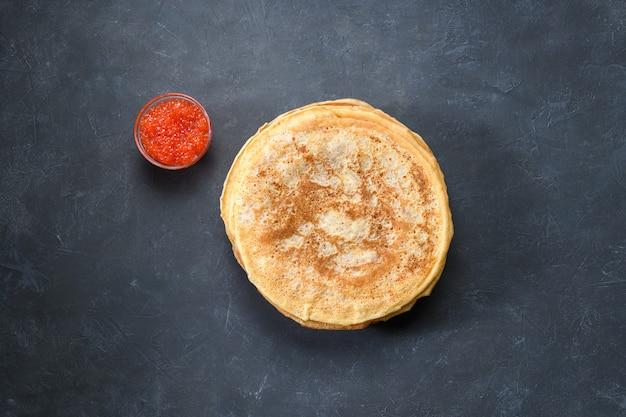 Stapel pfannkuchen mit rotem kaviar, draufsicht