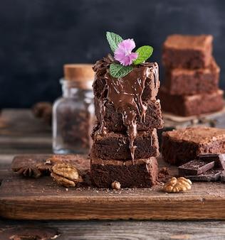 Stapel quadratische stücke der gebackenen schokoladenkuchentorte