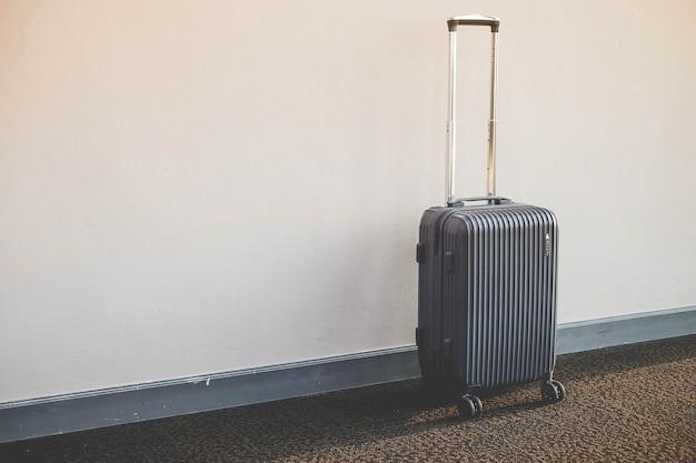 Stapel reisendes gepäck im flughafenterminalgebäude und -passagier