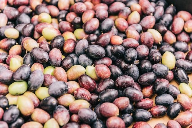 Stapel roher schwarzer und grüner oliven