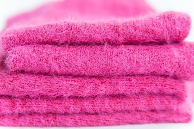Stapel rosa gefaltete kleidung