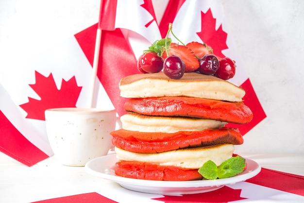 Stapel roter und weißer pfannkuchen mit kreativer dekoration aus ahornblättern, idee für den kanada-tag