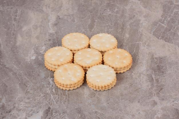 Stapel runder cracker auf marmoroberfläche.