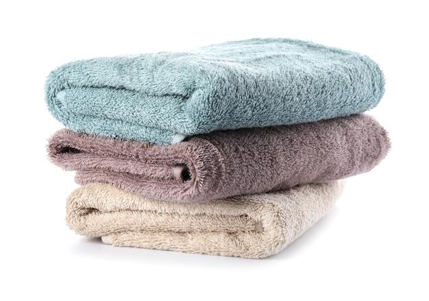 Stapel saubere handtücher auf weißer oberfläche