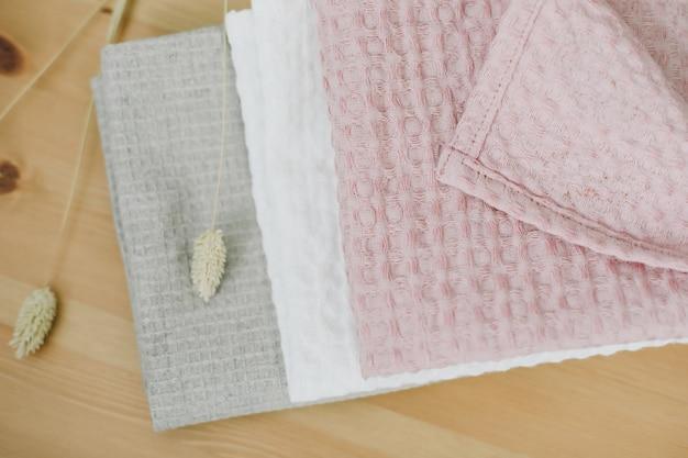 Stapel sauberer leinenbaumwolltücher auf küchentisch