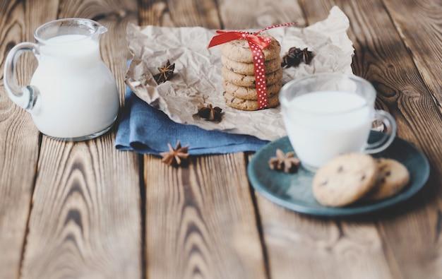 Stapel schokoladensplitterplätzchen und glas milch