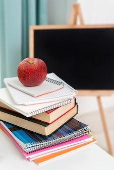 Stapel schreibhefte und lehrbücher am schreibtisch