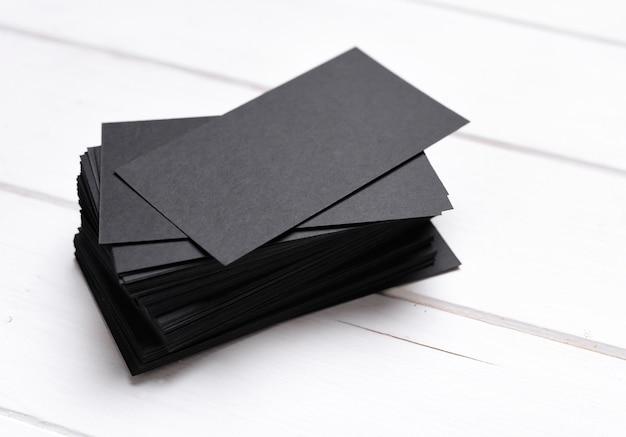 Stapel schwarze visitenkarten